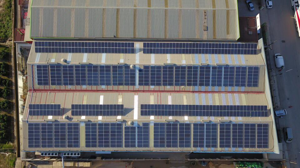 Instalación de paneles solares en empresa - TCLEC